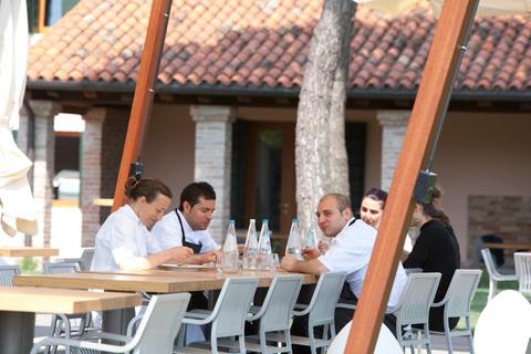 anche i cuochi pranzano... Paola Budel e la sua brigata (foto G. Frassi)