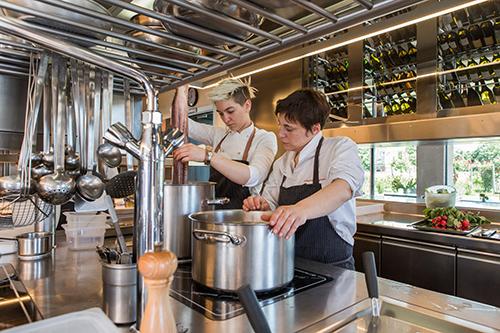 la cucina del ristorante Venissa con Antonia Klugmann  e Arianna della Valeria   ©foto Mattia Mionetto
