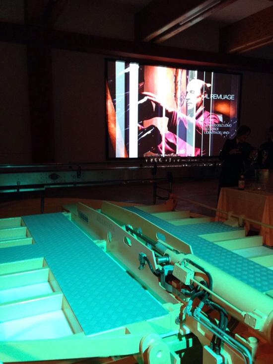 La temporary lounge di Bellavista, coi monitor sopra le vasche di conferimento dell'uva ©foto Sandra Longinotti