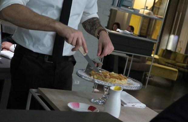 Davide, che lavora in sala da FILIPPO Pietrasanta, sporziona il pre-dessert al tavolo davanti agli ospiti | ©foto Strutturafine