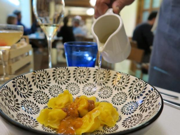 Raviolini ripieni di sola mandorla serviti con ricci di mare crudi bagnati con brodo dashi – chef Serenella Medone, Al Solito Posto | ©foto Sandra Longinotti