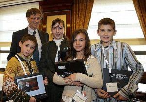 Bill Gates presentó en 2008 en Berlin el nuevo producto mundial de Microsoft acompañado de alumnos de la escuela de Ariño (Aragón) pionera en el proyecto Aldea Digital creado or Antxón Sarasqueta e implantado por el Ministerio de Educación en 2.500 escuelas españolas con el apoyo de Microsoft, Telefónica y Sun Microsystems
