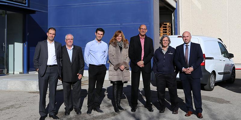 Foto exterior de la fabrica con el director general de Hp Indigo