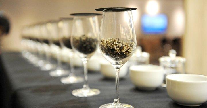 桌上放置品茶專用的杯子