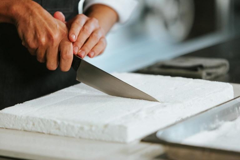 Cocinero utilizando el cuchillo de chef