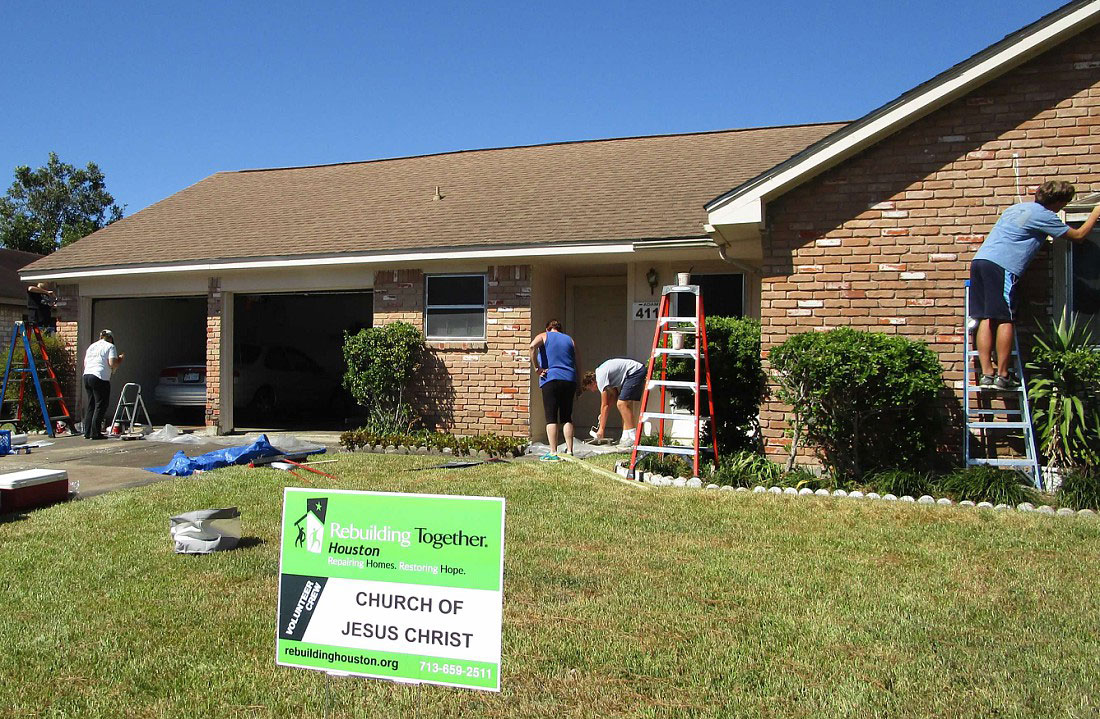 Gunner Gregg and Rebuilding Together Houston crew members at work.