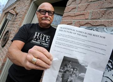 投訴人手持他認為冒犯同性戀者的單張 (網絡圖片)