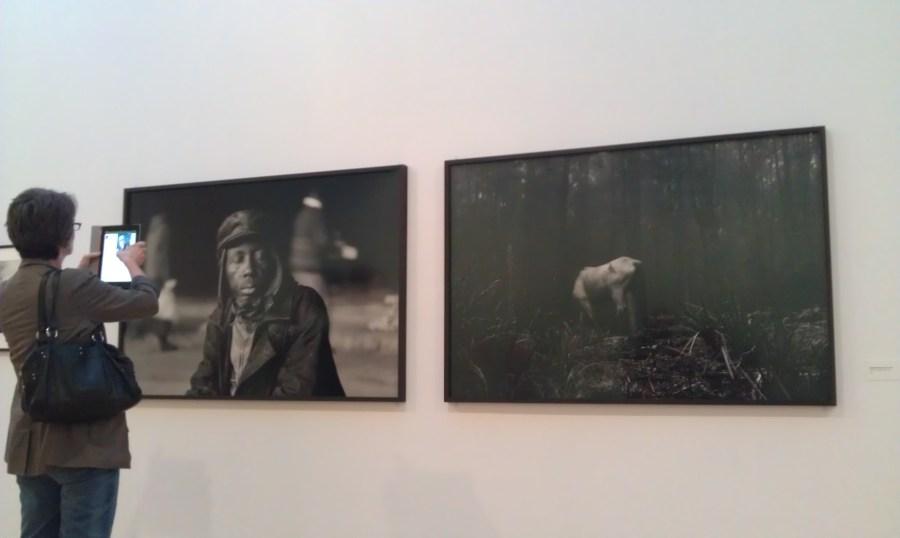 """Une participante au livetweet """"Santu Mofokeng"""", photographiant des oeuvres à l'aide de sa tablette"""