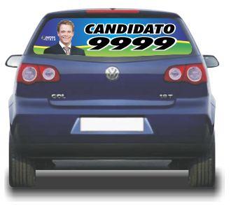 A imagem mostra um carro com o vidro traseiro adesivado com propaganda eleitoral.