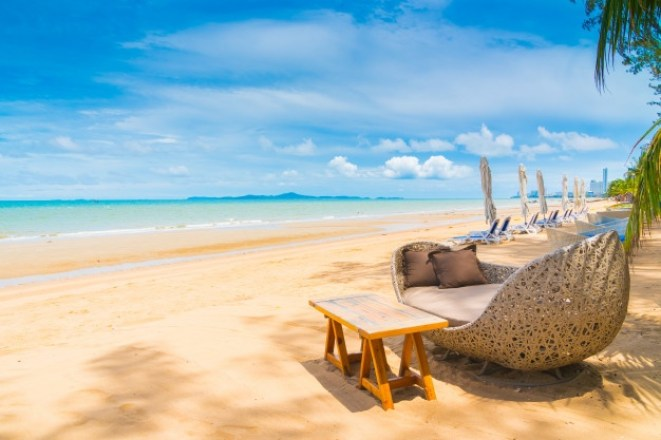silla-mesa-comedor-playa-mar-cielo-azul_74190-6094