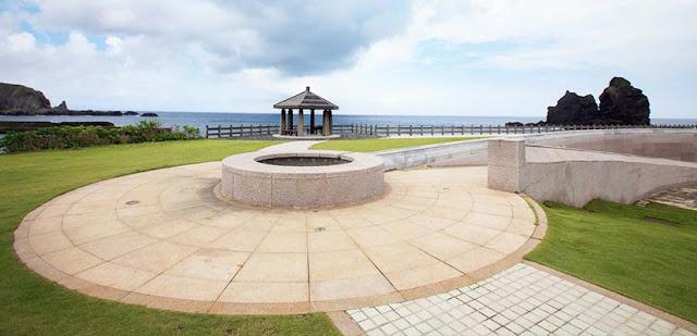11人權紀念公園由台灣知名建築師漢寶德所設計,並於1999年由當時的總統李登輝先生親臨主持揭碑,向白色恐怖的受難者致歉(園區原址曾經拘禁相當多台灣政治犯)|東南旅遊