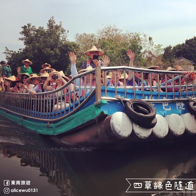 15被譽為「台灣版的亞馬遜河」的四草綠色隧道,因兩旁茂密的紅樹林形成有如隧道一般的延伸,水面上倒映著翠綠的樹葉,就是這條夢幻水道夢得到小亞馬遜之稱的美名|東南旅遊