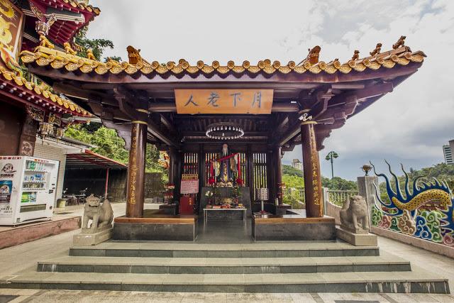 地理位置相當特別也相當神秘的一間月老廟,原廟位於日月潭拉魯島(光華島),921大地震後才遷移到日月潭龍鳳宮旁供奉|東南旅遊