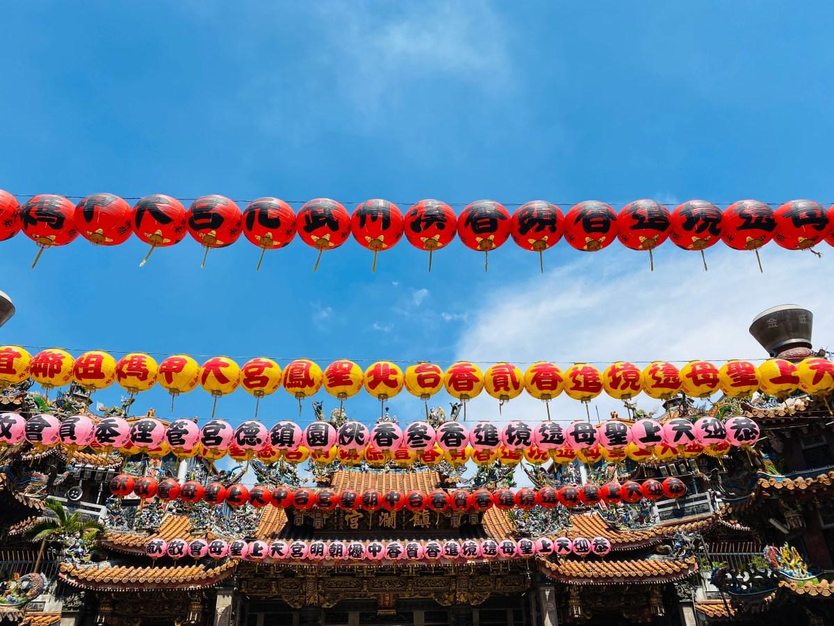 台中大甲鎮瀾宮,是台灣媽祖信仰的代表廟宇之一,香火相當鼎盛!圍繞廟宇周邊道地小吃、伴手禮非常多。|東南旅遊