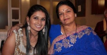 A photo of Virali Modi with her mother. They are both smiling into the camera.