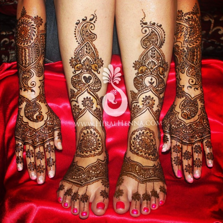 Wavy mehndi design on an Indian bride's hands and feet