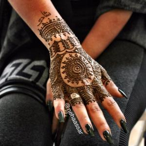 mehndi that looks like a glove on a woman's hand