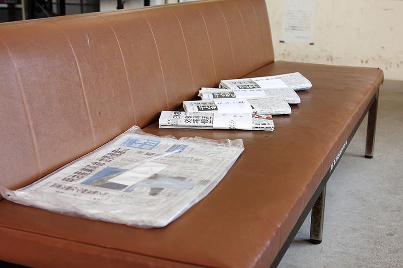大下島の港務所に置かれた新聞