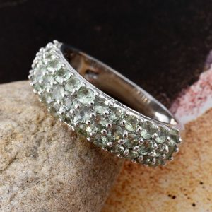Green sapphire ring in sterling silver.