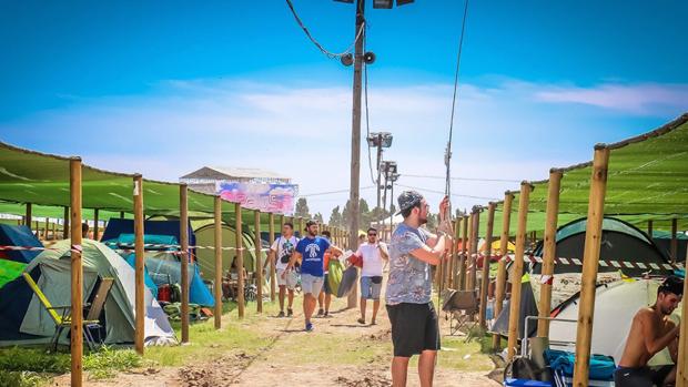 Gente acampando en un festival