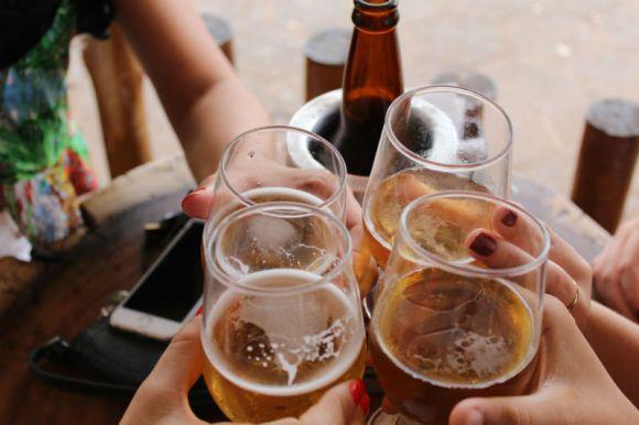 Grupo de gente disfrutando de cerveza