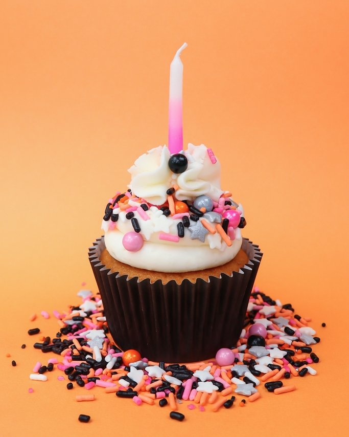 Hocus Pocus Halloween Cupcakes - Who says Halloween parties have to be just black and orange? Add some pink to make it a glamoween party!