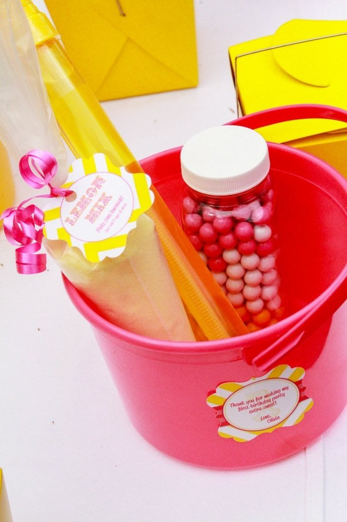 Pink Lemonade Party Favors - Plastic bottles filled with candy, DIY pink lemonade mix