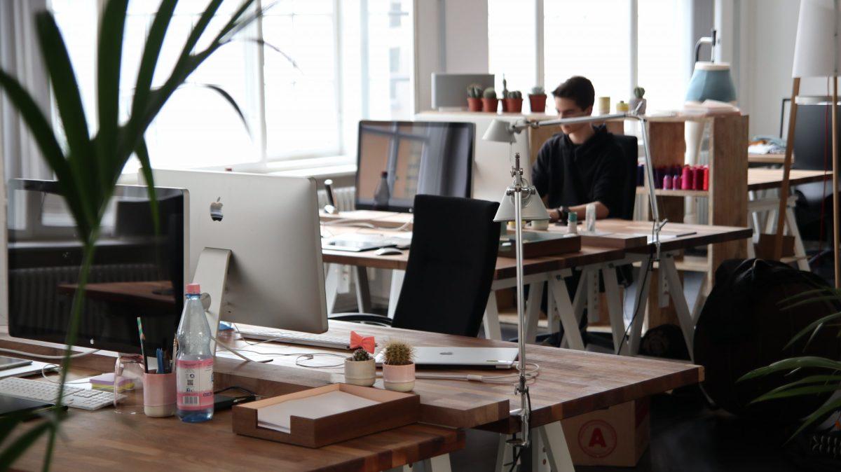 Oficina de trabajo con escritorios.