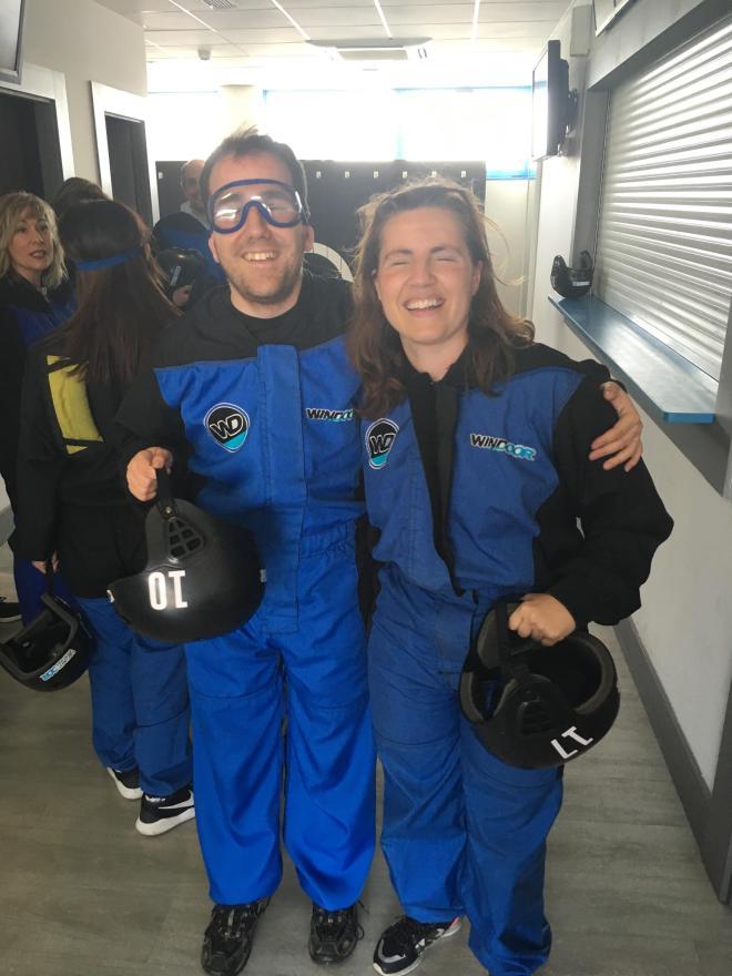 Juanjo y Núria con los monos de vuelo, ambos sonriendo, con el casco en la mano y Juanjo con las gafas para volar puestas.