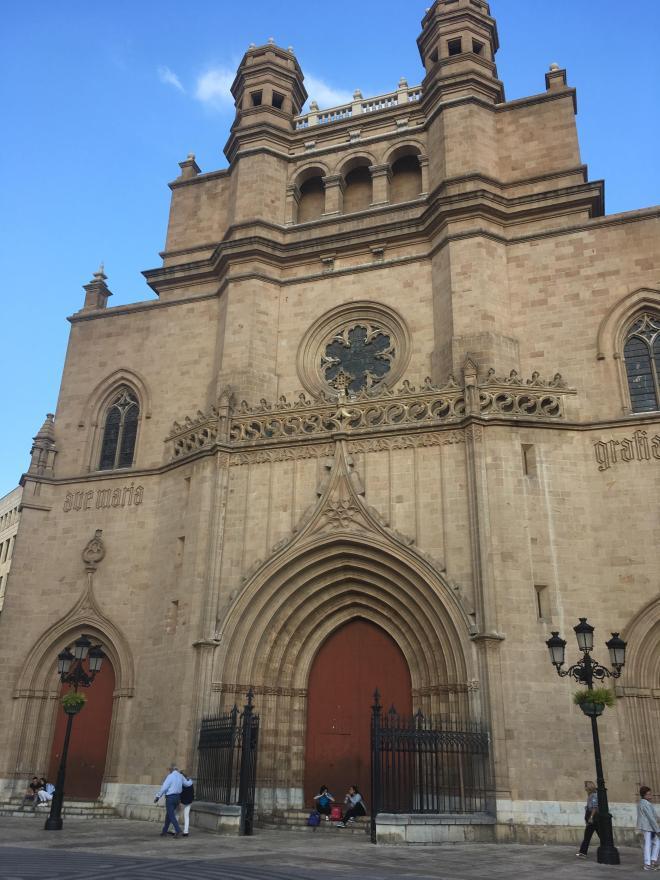 Vista de la plaza mayor de castelló con la concatedral de santa Maria