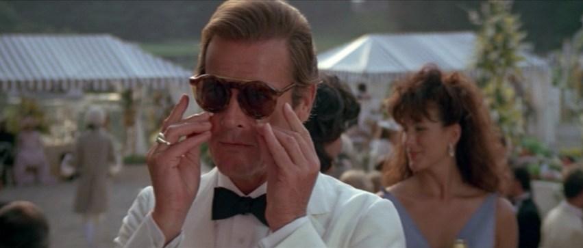 e5f8cb2cc8 ... de Pierce Brosnan tijdperk met GoldenEye (1995). Hier draagt 007  tijdens zijn trip naar Cuba een echt exemplaar van de Persol zonnebrillen