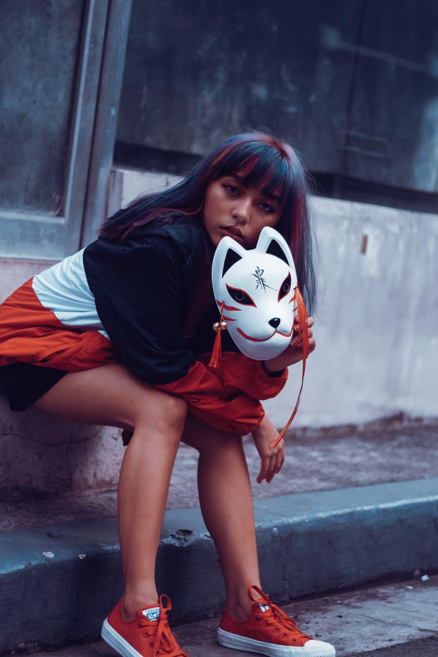 Maschera: la metti per paura del giudizio altrui.
