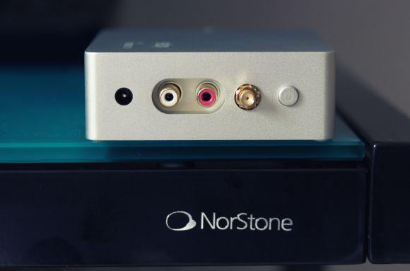 La connectique est simplissime, avec une sortie RCA stéréo. Notez le bouton de mise sous tension.