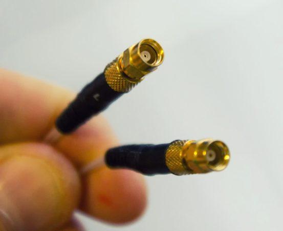 Le câble de modulation en cuivre OFC est plaqué argent et monté sur des connecteurs mini-coaxiaux à visser