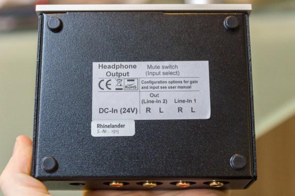 La nomenclature des connecteurs est indiquée sous l'appareil