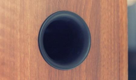 L'accord bass reflex est réalisé avec un évent circulaire flush et accordé vers 50 Hz