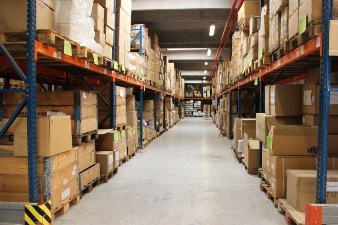 Les couloirs de l'entrepôt de stockage