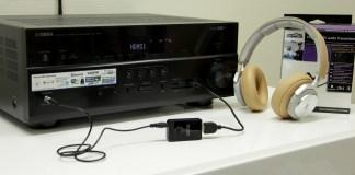L'émetteur Bluetooth Marmitek BoomBoom 50 est ici relié à la sortie casque de l'ampli Yamaha RX-V679. Il est alimenté par le port USB de l'ampli et appairé au casque sans fil BeoPlay H7.