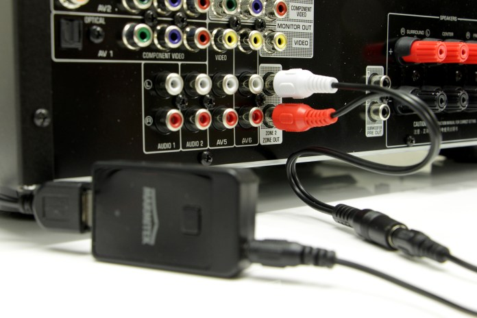 L'émetteur Bluetooth Marmitek BoomBoom 50 est ici relié à la sortie Zone 2 pré-amplifiée de l'ampli Yamaha RX-V679. Il est alimenté par le port USB de l'ampli et appairé au casque sans fil BeoPlay H7.
