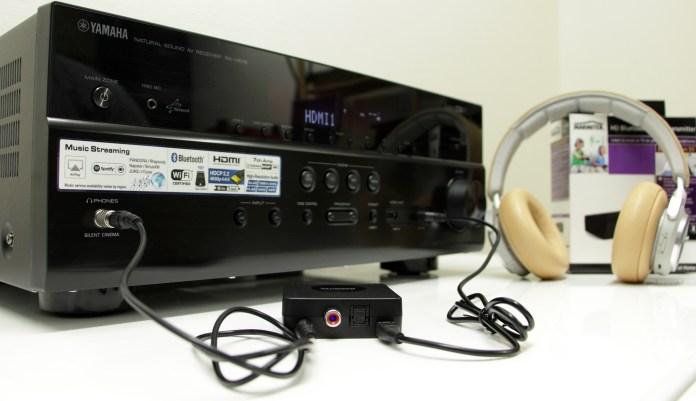 L'émetteur Bluetooth Marmitek BoomBoom 55 est ici relié à la sortie casque de l'ampli Yamaha RX-V679. Il est alimenté par le port USB de l'ampli et appairé au casque sans fil BeoPlay H7