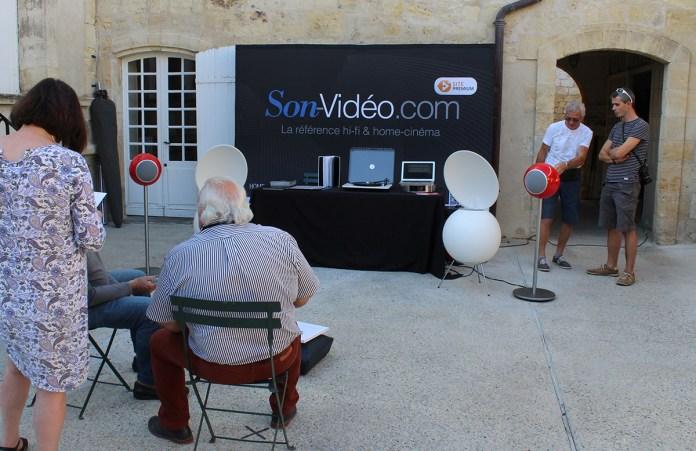 Les enceintes Elipson BS50 Tribute (en blanc) et les enceintes Elipson Planet L (en rouge) sur le stand Son-Vidéo.com