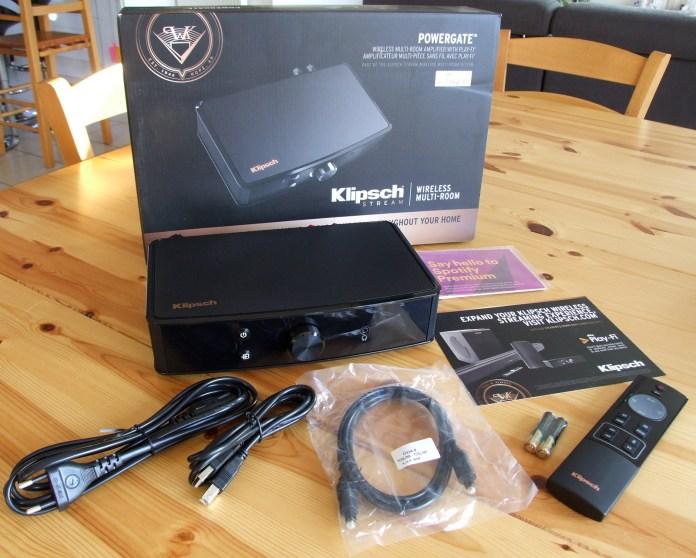 L'ampli Klipsch PowerGate est livré avec sa télécommande infrarouge ainsi qu'un câble USB A vers B et un câble audio optique, en plus des deux câbles d'alimentation (standard européen et britannique).