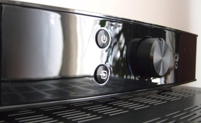 Très dépouillée, la façade brillante de l'ampli Klipsch PowerGate comprend le bouton de mise sous tension, le sélecteur de source, le potentiomètre de volume et la prise casque. Notez qu'une pression sur le potentiomètre de volume active la sourdine.