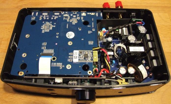 Un regard sous le capot révèle une construction rationnelle avec une optimisation de l'espace disponible pour loger l'alimentation, isolée des sections audio et réseau.