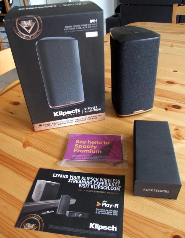 Les accessoires fournis avec l'enceinte sans fil Klipsch RW-1 se limitent à deux câbles d'alimentation, l'un au standard européen, l'autre au standard britannique.