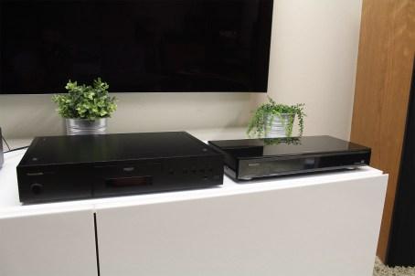Panasonic DP-UB9000 (à gauche) et Panasonic DMP-UB900 (à droite)