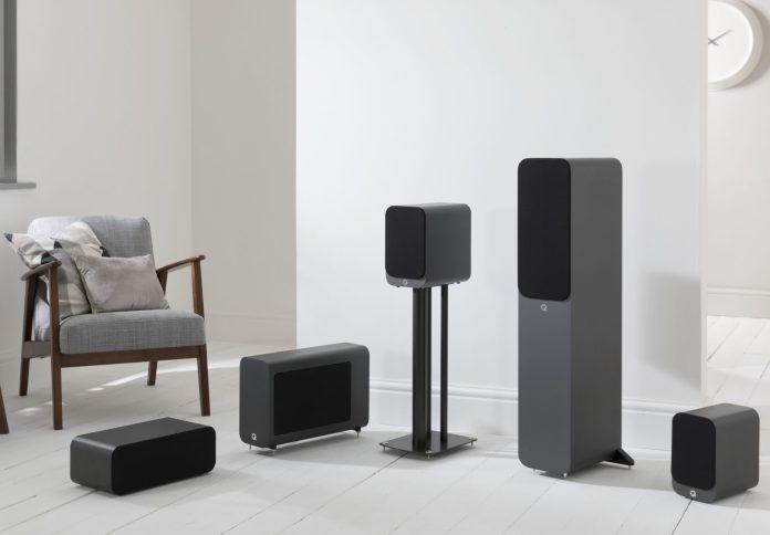 La gamme d'enceintes Q Acoustics serie 3000.i est composée de deux modèles d'enceintes bibliothèque, une centrale, une colonne, et un caisson de basses.