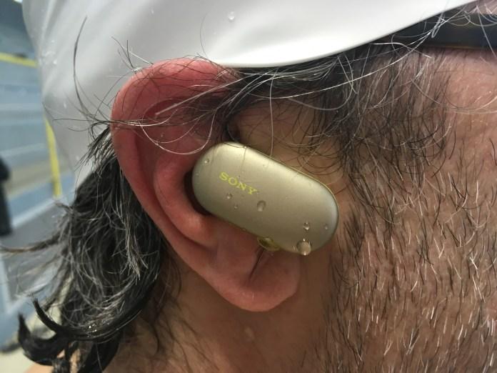 Les écouteurs intras Wireless Sony WF-SP900 sont étanches et la coque extérieur tactile.