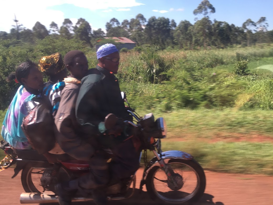 こんなバイクの乗り方は常識(ちなみにこの中に赤ん坊も隠れていて5人乗ってます)
