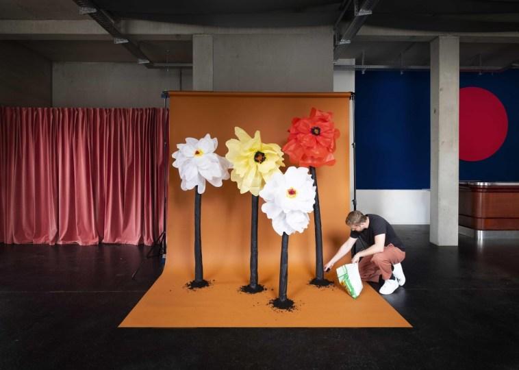 Kulissen aus Papierblumen im Playground Berlin